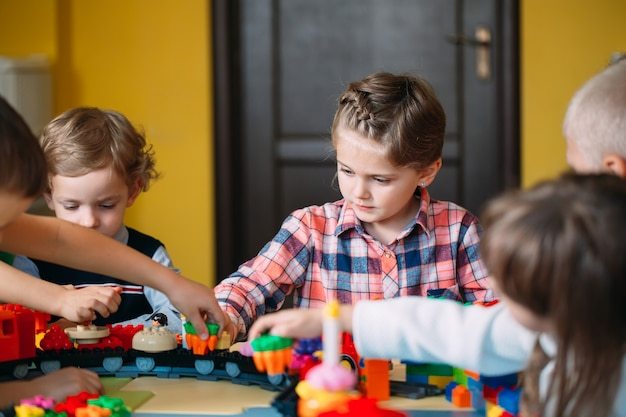 Crianças brincando com blocos de construtor na classe