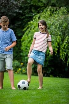 Crianças brincando com futebol no parque