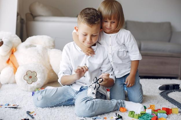 Crianças brincando com lego em uma sala de jogos
