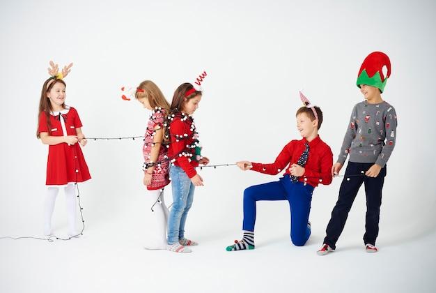 Crianças brincando com luz de natal