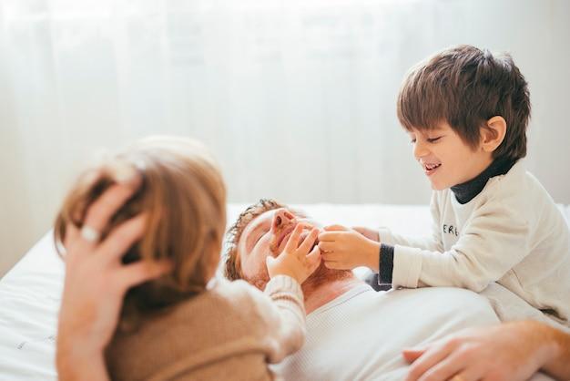 Crianças brincando com o pai