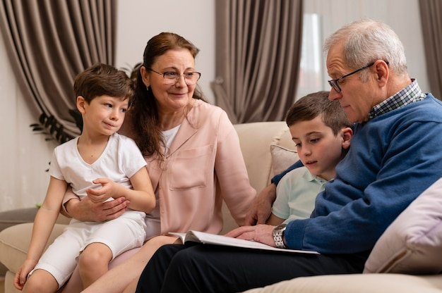 Crianças brincando com os avós