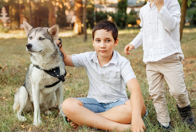 Crianças brincando com seu cachorro. crianças alegres descansando no parque