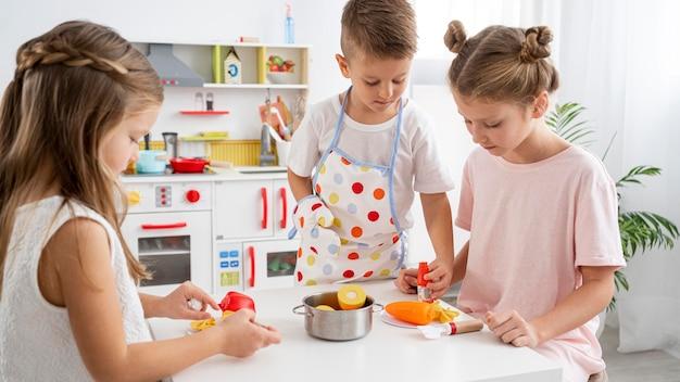 Crianças brincando com um jogo de culinária