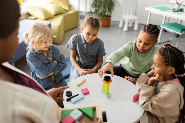 Crianças brincando com um jogo de madeira