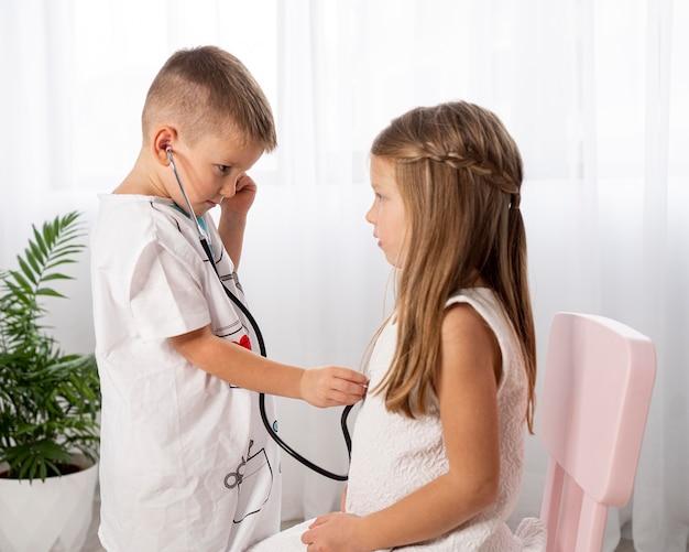Crianças brincando com um jogo médico