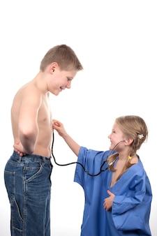 Crianças brincando de médico com estetoscópio