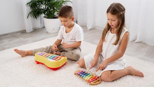 Crianças brincando de um jogo musical em casa