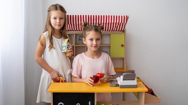 Crianças brincando juntas dentro de casa