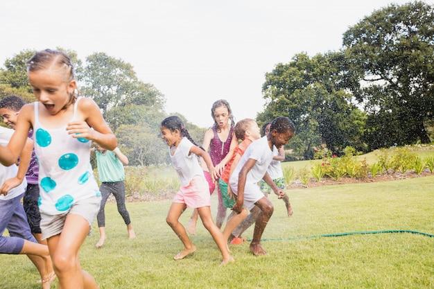 Crianças brincando juntos durante um dia ensolarado
