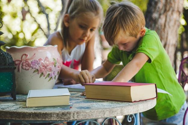 Crianças brincando na mesa no jardim