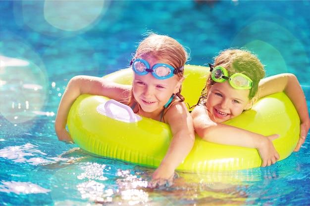 Crianças brincando na piscina. duas meninas
