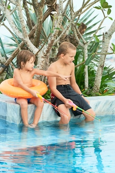Crianças brincando na piscina
