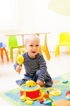 Crianças brincando na sala de jogos. as crianças fantasiam que eles músicos