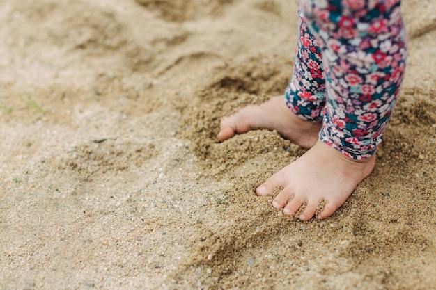 Crianças brincando nas areias. esta atividade é boa para a experiência sensorial e aprendizagem de