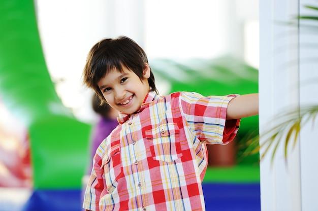 Crianças brincando no colorido parque infantil