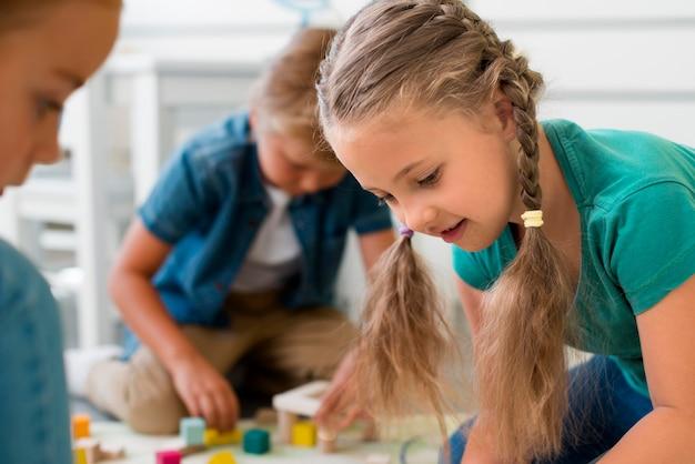 Crianças brincando no jardim de infância