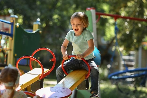 Crianças brincando no parque