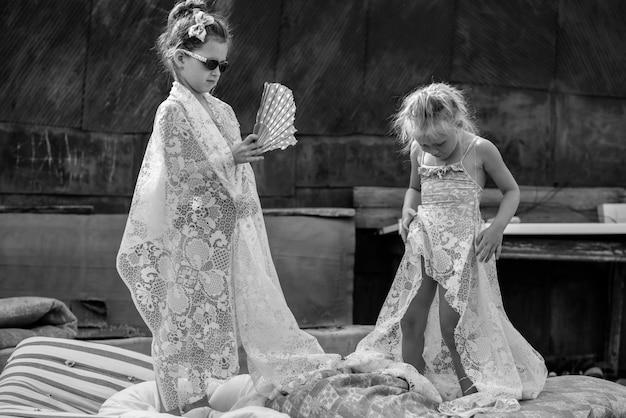 Crianças brincando no pátio de uma casa na vila