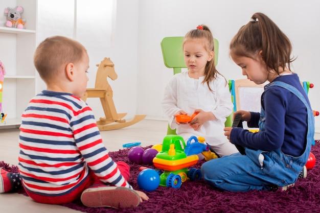 Crianças brincando no quarto