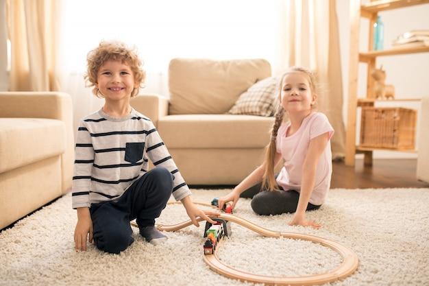 Crianças brincando no tapete