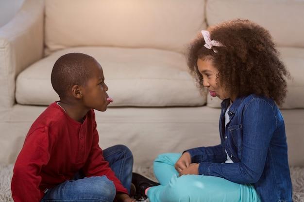Crianças brincando um com o outro