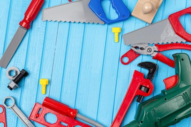 Crianças, brinquedos coloridos para crianças, ferramentas, chaves, fundo de instrumento com espaço de cópia