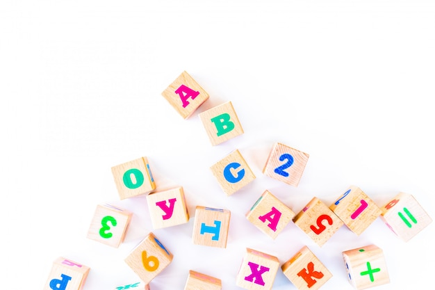 Crianças brinquedos filhotes de madeira com letras e números