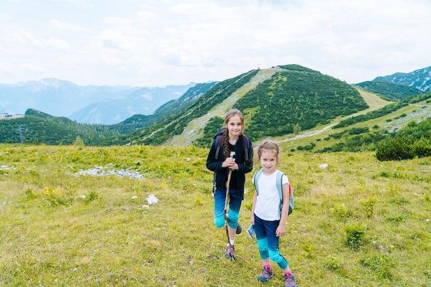 Crianças caminhando em um lindo dia de verão nas montanhas dos alpes