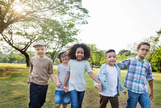 Crianças casuais alegres amigos bonitos filhos conceito