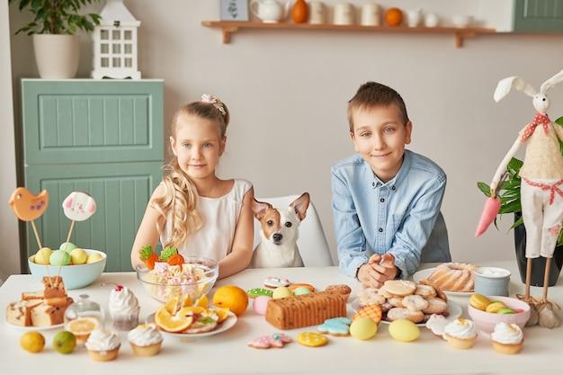 Crianças celebrando a páscoa com comida