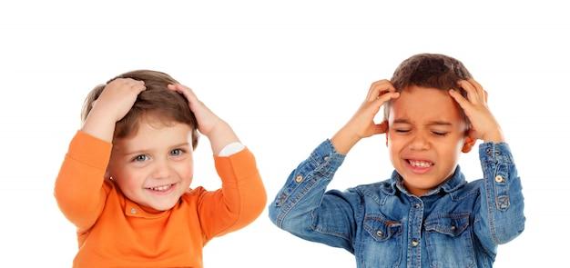 Crianças cobrindo os ouvidos e chocadas com um som alto