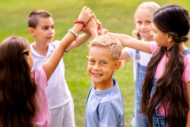 Crianças colocando as mãos certas juntas