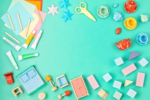 Crianças coloridas de zero resíduos de brinquedos na parede brilhante. desenvolvimento e jogos educativos de gênero neutro de crianças, atividades familiares em casa. plano plano, vista de cima, espaço de cópia
