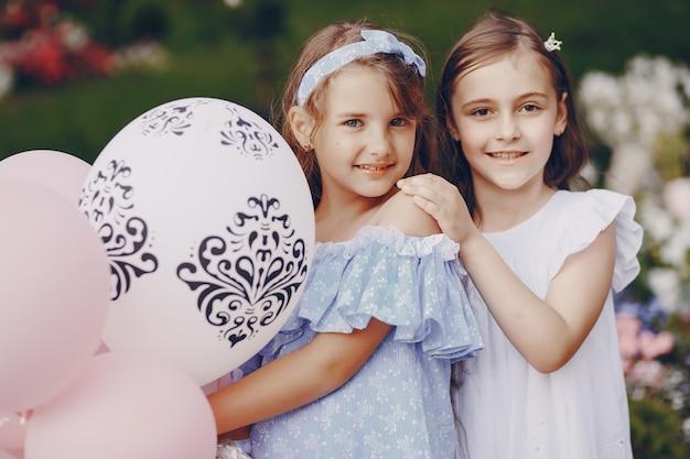 Crianças com balões