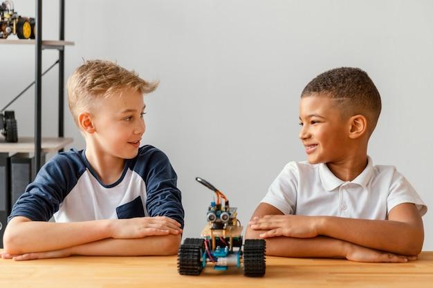 Crianças com braços cruzados feito robô