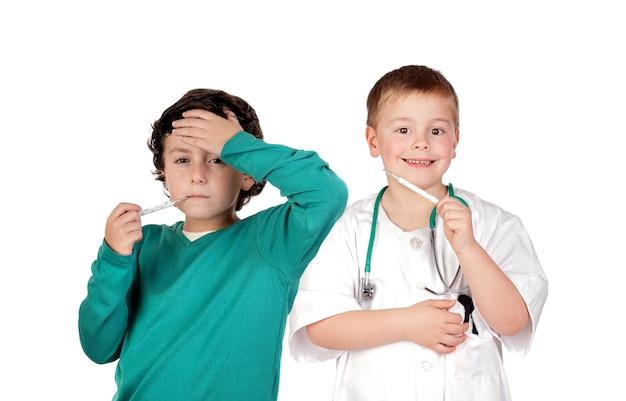 Crianças com febre isolada no fundo branco