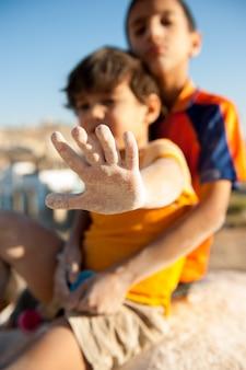 Crianças com fome sendo alimentadas por caridade