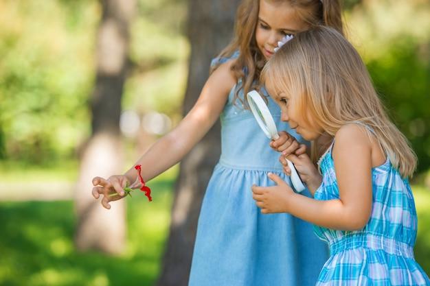 Crianças com lupa