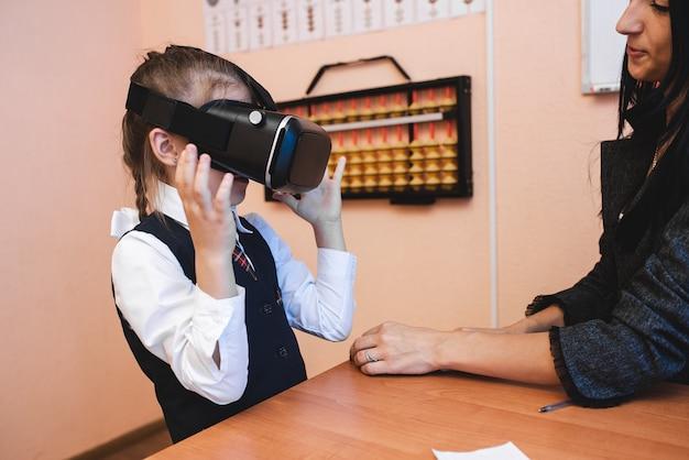 Crianças com óculos de realidade virtual estão na secretaria da escola. métodos de ensino modernos