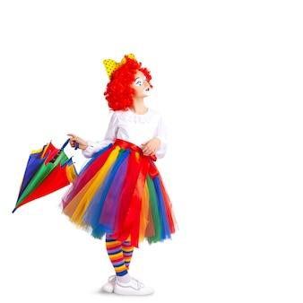 Crianças com roupas coloridas de palhaço isoladas em um fundo branco