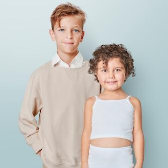 Crianças com roupas mínimas de verão