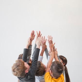 Crianças, com, seu, mãos cima