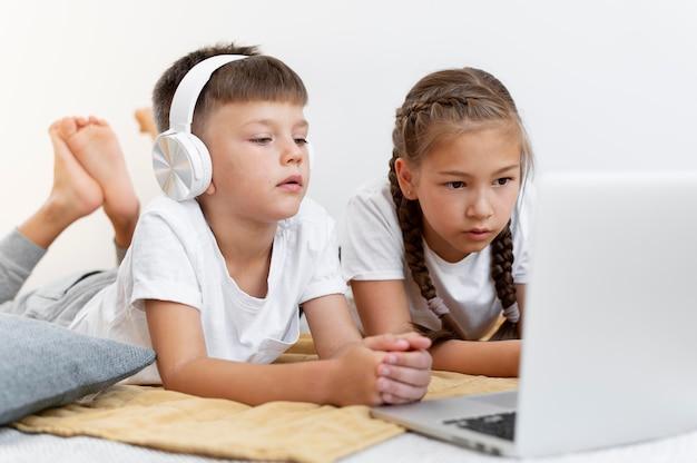 Crianças com tiro médio com laptop