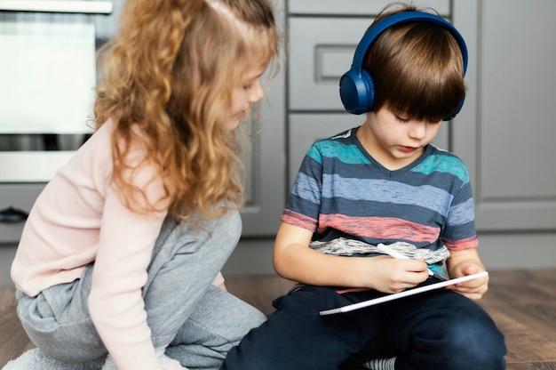 Crianças com tiro médio com tablet