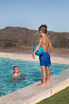 Crianças com tiro médio na piscina