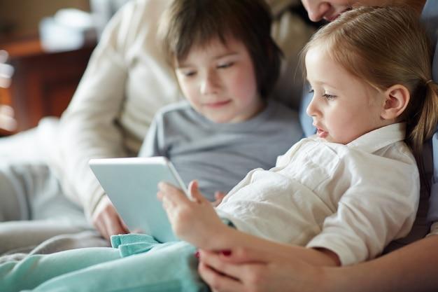 Crianças com touchpad