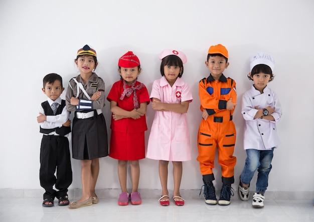 Crianças com uniforme diverso de várias profissões
