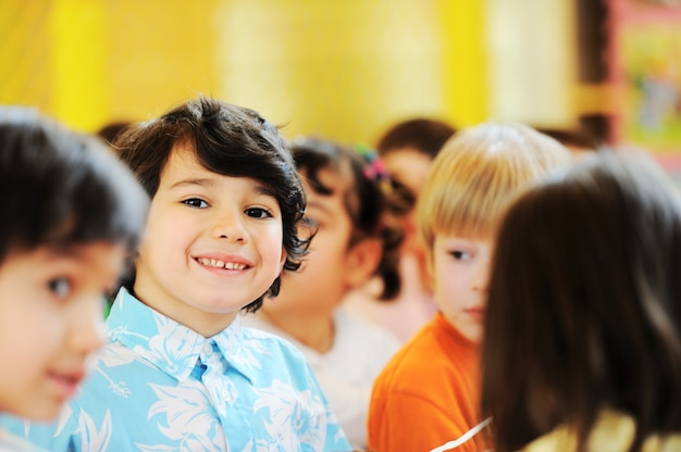 Crianças comemorando festa de aniversário no jardim de infância
