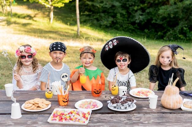 Crianças comemorando o dia das bruxas juntas